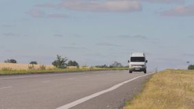 汽车在乡下公路去在pshenichnyh领域之间 在日落的汽车,反对麦田背景  股票视频