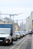 汽车在交通堵塞在莫斯科的中心站立 库存图片