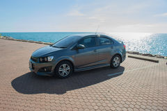 汽车在停车场停放了在海 免版税库存照片