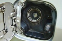 汽车在停车处打开的汽油箱盒盖 库存照片