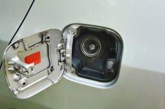 汽车在停车处打开的汽油箱盖帽 免版税库存照片