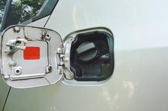 汽车在停车处打开的汽油箱盖帽 库存照片