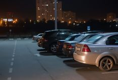 汽车在停车处的晚上 免版税图库摄影