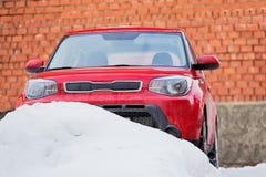 汽车在停车处的雪冬天 免版税库存图片