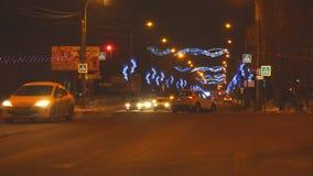 汽车在城市在交叉路的晚上 股票录像