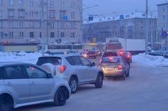 汽车在城市 微明 免版税库存图片