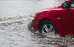 汽车在大雨中 库存图片