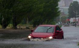 汽车在大雨中 库存照片