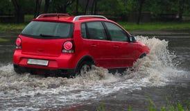汽车在大雨中 免版税库存图片