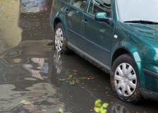 汽车在大雨和洪水以后的水中 免版税库存图片