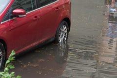 汽车在大雨和洪水以后的水中 免版税库存照片