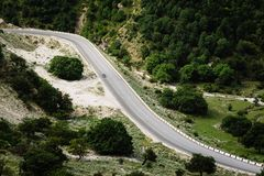 汽车在山的一条路去在夏天 素拉峡谷,达吉斯坦 免版税库存照片
