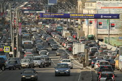 汽车在市中心的交通堵塞,莫斯科俄罗斯站立 免版税图库摄影