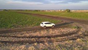 汽车在干草站立反对领域和遥远的村庄 股票录像