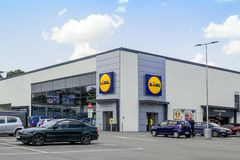 汽车在新的LIDL超级市场附近的停车场在瓦尔纳 在入口上的Lidl商标和大winwow作为一半门面 免版税库存照片