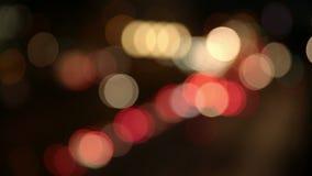 汽车在晚上在城市 股票录像