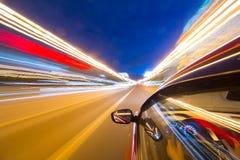 汽车在晚上移动 免版税图库摄影