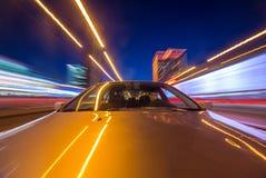 汽车在晚上移动 免版税库存照片