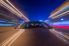 汽车在晚上移动 图库摄影
