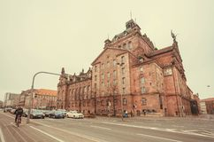 汽车在有历史Staatstheater歌剧剧院的交叉路停止在1905年建立的在巴伐利亚 图库摄影