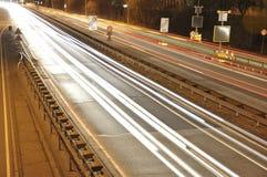 汽车在有标志的在晚上,交通长的曝光照片德国高速公路建造场所点燃  免版税图库摄影