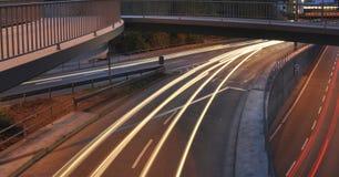 汽车在有标志的在晚上,交通长的曝光照片德国高速公路建造场所点燃  库存照片