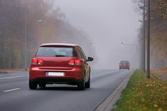 在有雾的天气的汽车 库存照片