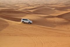 汽车在沙漠 免版税库存照片