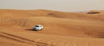 汽车在沙漠 免版税库存图片