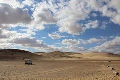 汽车在沙漠 库存照片