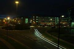 汽车在环形交通枢纽的光足迹 库存图片