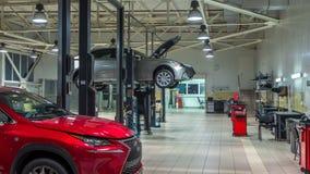 汽车在现代服务站的推力移动,并且人修理汽车timelapse 股票视频
