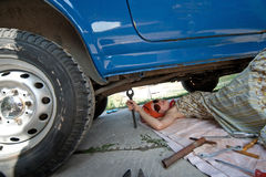 汽车在葡萄酒之下的女孩工具 图库摄影