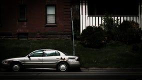 汽车在街道上停放了反对两个公寓 免版税库存图片