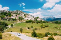汽车在路在Fr去在特里冈斯附近中世纪小山顶村庄  免版税图库摄影