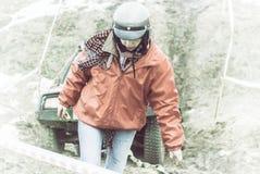 汽车在路,一件红色夹克的一名SUV飞行员发生故障 免版税库存照片