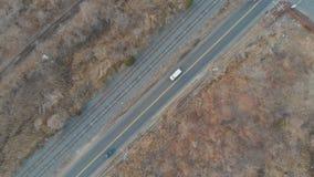 ?? 汽车在郊区社区的主路驾驶 股票录像