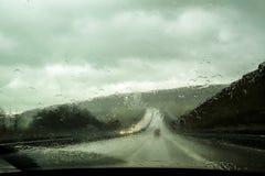 汽车在雨期间的前窗视图 图库摄影