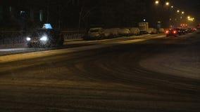 汽车在雪道怠工后下雪在晚上,慢动作 影视素材