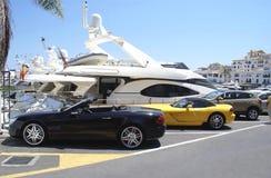 汽车在马尔韦利亚游艇俱乐部的停车场停放了在西班牙 库存照片