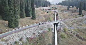汽车在高地的高速公路乘坐 从上面和边的寄生虫射击 股票视频
