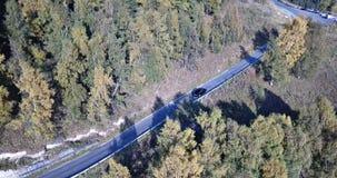 汽车在高地的高速公路乘坐 从上面和边的寄生虫射击 股票录像