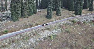 汽车在高地的高速公路乘坐 从上面和边的寄生虫射击 影视素材