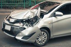 汽车在colli以后碰撞了在街道和作用损伤的事故 库存照片