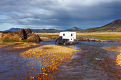 汽车在Landmannalaugar,冰岛趟过河 库存照片