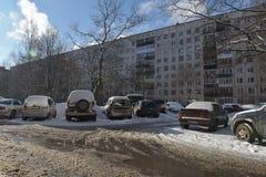 汽车在residentia的一个公寓线路所前面停放了 库存图片