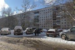 汽车在residentia的一个公寓线路所前面停放了 免版税库存图片