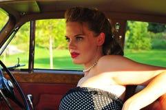 汽车坐的葡萄酒妇女 免版税库存图片