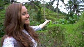 汽车城市概念都伯林映射小的旅行 做自已录影和显示米大阳台的妇女在巴厘岛 股票视频