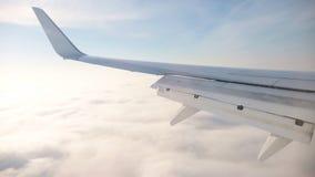 汽车城市概念都伯林映射小的旅行 在飞机飞行地产海景视窗之上 晴朗的weater和天空蔚蓝 高层云 股票视频